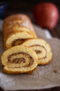 Sonbahar gelince elmalı turta, elmalı kurabiye ve elmalı kek sezonu da gelmiş oluyor bizim evimizde. Her zaman yaptığım çok pratik ve sonucu beni hiç yanıltmayan Elmalı Kek tarifinden farklı bir kek hazırlamak istedim. Uzun zaman önce yabancı bir blogdagördüğüm bu kek
