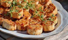 Två små kök: Tunnbrödssnittar med parmesan, prosciuotto, crème fraiche och sambal