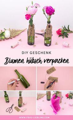 DIY Idee: Blumen hübsch verpacken - in einer upcycling Geschenkverpackung aus Weinflaschen. Das ideale Geschenk zum Geburtstag, zur Hochzeit oder als kleines Mitbringsel.  Alte Weinflaschen muss man nicht wegwerfen, man kann schnell und einfach schöne DIY Vasen daraus selber machen. Als schöne selbstgemachte Deko oder als süße Geschenkidee