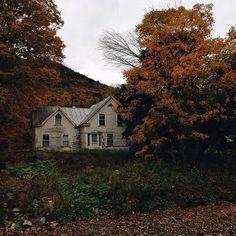 Autumn home exterior, yard Photo Trop Belle, Nature Landscape, Nature Nature, Autumn Cozy, Autumn Rain, Autumn Aesthetic, Best Seasons, Slow Living, Abandoned Places