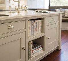 Kücheninsel: weiße Keramikplatte und dezente Farbe der Schranktüren + klassische Armatur