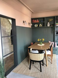Dining room in Green Smoke and Setting Plaster Farrow and Ball Farrow And Ball Living Room, Farrow And Ball Kitchen, Farrow And Ball Paint, Home Living Room, Farrow Ball, Pink Dining Rooms, Green Dining Room, Dining Room Colour Schemes, Bedford House