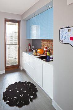 blue & white kitchen :)!  http://kobieta.onet.pl/dom/wesole-mieszkanie-w-ktorym-dominuje-szarosc/1142t