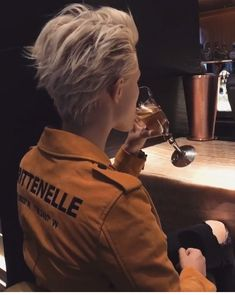 swept back blonde hair barrió el cabello rubio Tomboy Hairstyles, Cool Hairstyles, Braided Hairstyles, Hair Inspo, Hair Inspiration, Androgynous Hair, Great Hair, Short Hair Cuts, Edgy Short Hair