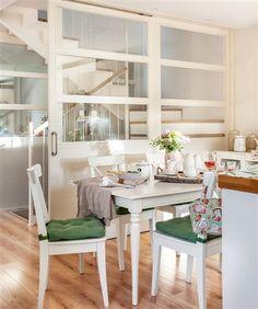 Office en cocina blanca con puerta corredera