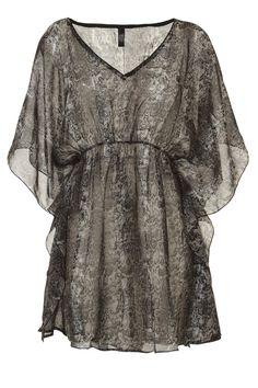 Deze DYANNE at Livera blouse met kleine animalprint is stylish. De V-hals is super vrouwelijk en de zacht chiffon stof glijdt over je huid.