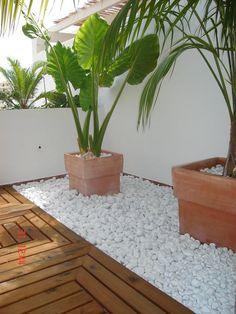 Rock landscaping design ideas with a stone divider between for Barda de madera para jardin