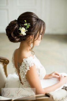 Gdy welony odeszły już nieco lamusa, na głowach Panien Młodych zagościły upięcia z kwiatami.