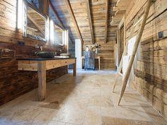 Le mélange de matériaux naturels à travers la combinaison du carrelage travertin Rustic et du bois est simplement magnifique ! – stonenaturelle
