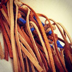 Collar de ante en marrón y punto de algodón en azul!