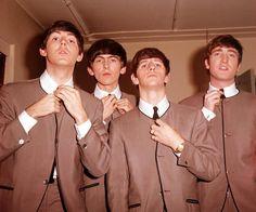 Paul McCartney, George Harrison, Ringo Starr and John Lennon of The Beatles (Ensemble by Pierre Cardin) Ringo Starr, George Harrison, Pierre Cardin, Paul Mccartney, John Lennon, Les Beatles, Beatles Songs, Beatles Poster, Beatles Party