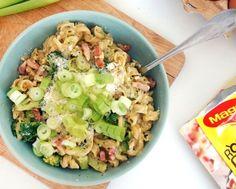 pasta carbonara met spekjes, broccoli en parmezaanse kaas
