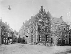Paushuize in 1928, heeft zijn naam te danken aan de enige Nederlandse paus, Adrianus VI, die het huis vanaf 1517 liet bouwen.