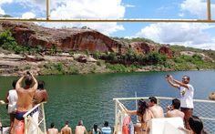 Passeios de barco levam às aguas verdes e transparentes do Velho Chico
