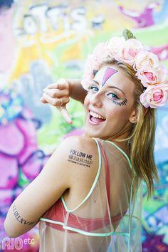 As supertattoos RIOetc + Le Petit Pirate para o Carnaval | Flores na cabeça, top vermelho e colete fluorescente!