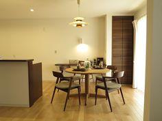 カバ材のフローリングに建具がウォールナット色という内装にオーク無垢材の円形ダイニングテーブルとウォールナット材のチェアを提案! (インテリアショップBIGJOY)