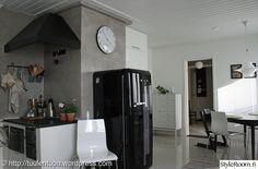 smeg,puuhella,huuva,muuri,mikrolaasti,keittiö,remontti,jälkeen,avokeittiö,moderni,vaaleat sävyt,harmaa,valkoinen,musta,mikrosementti