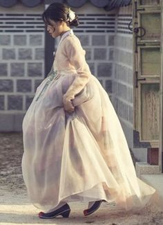 Korean Traditional Dress, Traditional Dresses, Korean Dress, Korean Outfits, Modern Hanbok, Cute Korean, Korean Women, Kpop Girls, Dress Outfits