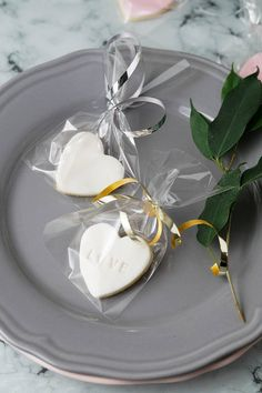 10 White Personalised Wedding Favour Heart Shaped Fondant Personalised Biscuits, Personalized Cookies, Personalized Wedding Favors, Cupcake Wedding, Wedding Cookies, Biscuit Wedding Favours, Shapes Biscuits, Hamper Ideas, Green Weddings