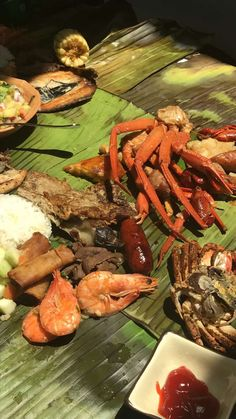 [i ate] This is how my family does a Kamayan dinner aka BOODLE FIGHT.