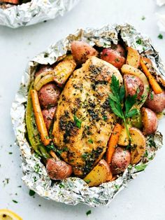 10 Foil Packet Chicken Recipes for Easy Dinners. Quick and simple foil packets are perfect for the grill, oven, or camping. Meals like this are simple, no mess, and good for you! Most are packed with tasty vegetables like peppers, tomatoes, zucchini squash, onion, and more so some are quite light and healthy too. Perfect dinners for summer nights.