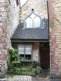 Tiny House in Wirksworth (by Brenden Preece) Stone cottage Beautiful Buildings, Beautiful Homes, Cute Cottage, My Ideal Home, Cabins And Cottages, Small Places, Tiny Spaces, Little Houses, Tiny Houses
