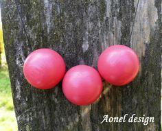 Červený+náhrdelník+z+dřevěných+korálků+Náhrdelník+se+skládá+jednoduše+ze+3+dřevěných+korálů+(3x30mm)+natřených+na+červeno+akrylovou+barvou+a+přelakovaných.+Korále+jsou+na+černé+stuze,+její+délku+si+sami+nastavíte.+Jednoduché+a+krásné.+V+ceně+je+i+krabička+v+hodnotě+40Kč,+pokud+budete+chtít+zboží+zaslat+bez+krabičky,+napište+to+prosím+dozprávy....