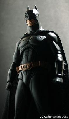 Dark Knight - Batman Begins figure. The Dark Knight Trilogy, Batman The Dark Knight, Batman And Catwoman, Im Batman, Red Hood Dc, Batman Cosplay, Dc Comics Heroes, Batman Artwork, Batman Begins