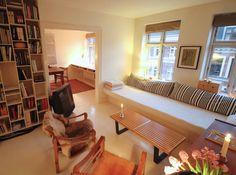 Hæng ud i den hyggelige stue en suite med indbygget 3 meter lang sofa, København.