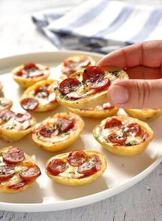 Mini Pizza Potato Skins 21 Insanely Easy Appetizers Guaranteed To Please Your Party Guests Make Ahead Appetizers, Appetizers For A Crowd, Party Appetizers, Mini Pizzas, Gluten Free Puff Pastry, Recipetin Eats, Snacks Sains, Potato Skins, Just Cooking