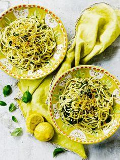Lehtipersilja on sitrusvoipastan olennainen raaka-aine, joten siitä ei kannata luopua. Pasta Recipes, New Recipes, Vegetarian Recipes, Favorite Recipes, Butter Pasta, Hummus, Risotto, Spaghetti, Ethnic Recipes