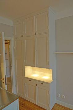 Vit, handmålad, vackert renoverat kök i 20-talsstil. Snickeri tallkotten Bollnäs.