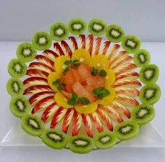 Getting Creative with Fruits and Vegetables: Cute Crea Fruit Tables, Fruit Buffet, Fruit Dishes, Amazing Food Decoration, Fruits Decoration, Fruit Tray Designs, Fruit Creations, Fruit And Vegetable Carving, Veggie Tray