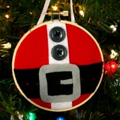 Make a Santa's belt Christmas ornament with an embroidery hoop and felt.