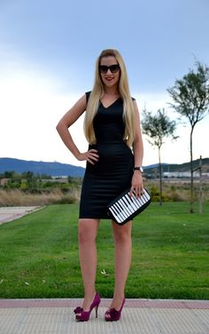 Little black dress + piano bag (don't forget the fantastic shoes! Red Heels, Zara, Piano, Vogue, Street Style, My Style, Sexy, Don't Forget, Outfits