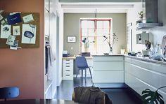 Зона кухни и столовой в белом цвете с открытой планировкой.