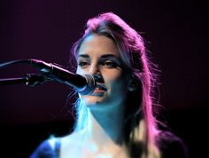 hannah reid of london grammar Halle, Most Beautiful Women, Beautiful People, London Grammar, Dark Purple Aesthetic, Band Photography, London Pictures, Sing To Me, Latest Music