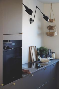 This unique photo is honestly an amazing style theme. Farmhouse Kitchen Island, Modern Farmhouse Kitchens, Eclectic Furniture, Salon Interior Design, Linoleum Flooring, Grey Kitchens, Black Decor, Scandinavian Style, Kitchen Interior