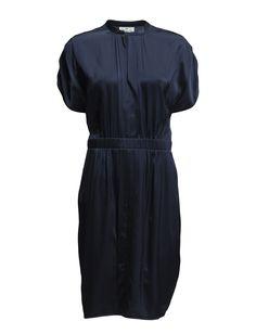 DAY - Day Fluents 2 199.00 DKK Luksuriøs silkekjole med korte ærmer. Sommeren er fyldt med begivenhedsrige events og denne sæson er ingen undtagelse. Day Fluents er lavet i en let og lækker silkeblanding som gør kjolen perfekt at have på til de varmere dage. Kjolen fremhæver den kvindelige figur med elastikbånd i taljen hvilket giver en smuk og iøjnefaldende silhuet. Materiale: 97% Silke, 3% Spandex