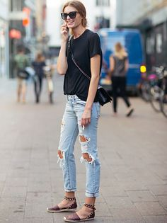 Espadrilles cloutées + jean destroy + tee-shirt noir + sac Boy Chanel = le bon mix (blog Carolines Mode)