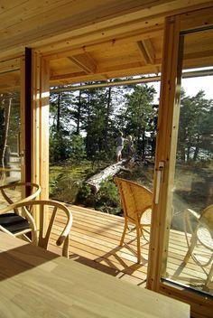 NATURLIGE OVERGANGER: Dömmarskär-hytta er laget slik at enkelte steder går ute- og inneområdene over i hverandre.