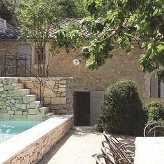 Les murs de cette maison provençale rénovée encadrent terrasses et bassin