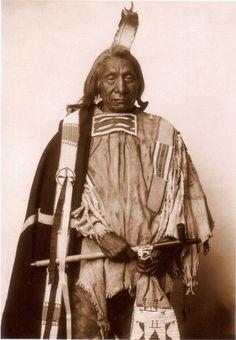 Red Cloud ,Ma píya Lúta, Chief of Iteśica band,Oglala Lakota Native American Regalia, Native American Pottery, Native American History, American Symbols, Native American Pictures, Red Cloud, Plains Indians, Native Indian, Native Art
