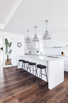 Inside a Hamptons inspired Sydney Northern Beaches home - GetinMyHome - coastal kitchen - Home Decor Kitchen, Rustic Kitchen, Kitchen Interior, Home Kitchens, Die Hamptons, Hamptons Style Decor, Hamptons Beach Houses, Mexican Style Kitchens, Open Plan Kitchen Dining