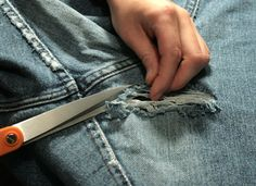 How to Fix Holes in Jeans and Other Garments Löchrige Jeans, Holey Jeans, Patched Jeans, Sewing Jeans, Sewing Clothes, Diy Clothes, How To Patch Jeans, Repair Jeans, Diy 2019