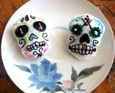 Sugar Skull Brooch Felt Jewellery Day of the Dead Jewelry Rockabilly Accessory Psychobilly Clip Hair Bow Hairbow Party Favor Favour Wedding - My Sugar Skulls Psychobilly Hair, Wedding Favors, Party Favors, Fall Hair Colors, Sugar Skull Art, Mexican Skulls, Rockabilly, Hair Bows, Hair Clips
