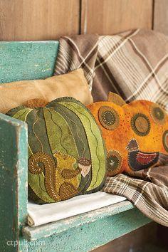 Penny rug patterns - Seasons of Wool Applique Folk Art – Penny rug patterns Wool Applique Quilts, Wool Applique Patterns, Wool Quilts, Wool Embroidery, Felt Applique, Embroidery Patterns, Applique Pillows, Penny Rugs, Penny Rug Patterns