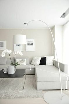fachadas-modernas-tonos-claros-mesita-baja-de-metal-y-madera-grande-sofa-cuadros-con-fotos