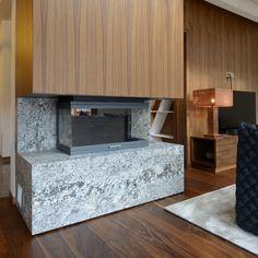 Salon: Cheminée sur mesure en pierre naturelle granit new azul aran.