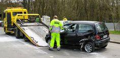 Je krijgt een ongeval met je voertuig. Door de schade kan je de weg niet verderzetten, het voertuig moet gesleept worden.Geen fijne situatie... Stress, wie moet ik bellen, welke takeldienst is goed?! Een hele boel vragen komen op je af.Gelukkig is dit niet nodig!Op het verzekeringsbewijs (groene kaart) van je BA motorrijtuigen-verzekering staat het bijstandnummer vermeld. Dit nummer kan gebeld worden ingeval van bijstand bij ongeval.De verzekeraar regelt indien nodig een takeld Flatbed Towing, Scrap Car, Free Cars, Removal Services, Mode Of Transport, Tow Truck, Old Cars, Canning, Vehicles
